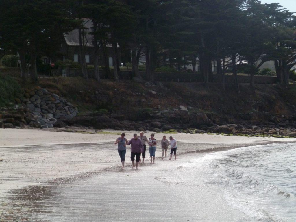 groupe de personnes marchant sur la plage