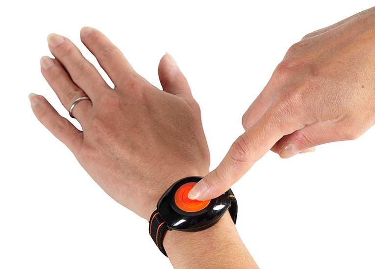Médaillon de téléassistance porté en bracelet